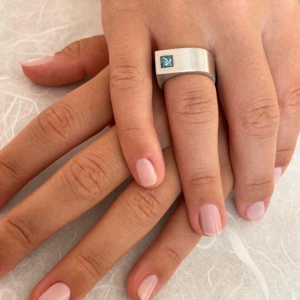 Platinring mit blauem Princess-Diamant